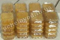 Запечатанный сотовый мед в контейнерах.